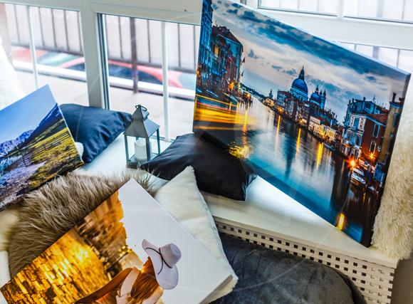 Abbildung verschiedener Fotoleinwände in einem Wohnzimmer Amiente