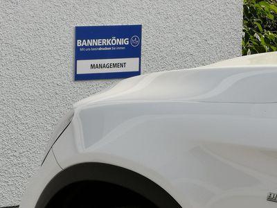 Parklatzschild mit Logo von Firmen / Unternehmen | BANNERKÖNIG