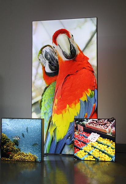 Abbildung von aufgespanntem Displaystoff auf einem hinterleuchtbarem Rahmen / Werbebanner
