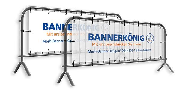 Abbildung von zwei Absperrgittern mit Bannerwerbung. Im Vordergrund bespannt mit winddurchlässigem und leichten Mesh-Gewebe und im Hintergrund bespannt mit robustem PVC.