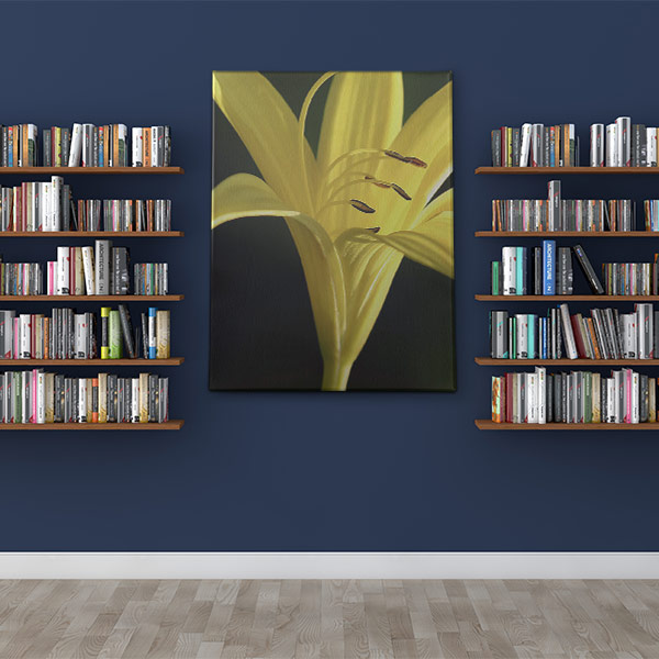 Abbildung eines Bilderdruck mit einem gelben Lilienmotiv, welches zwischen zwei Bücherregalen hängt