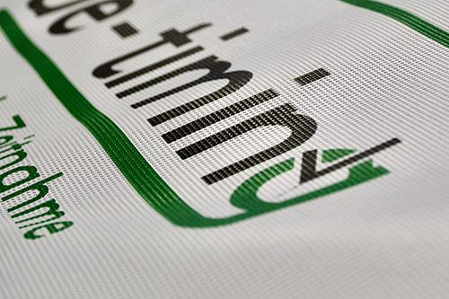 Abbildung eines Werbebanners mit Logo gedruckt im Digitaldruck-Verfahren