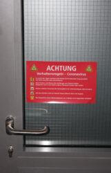 Aufkleber mit Corona Hygiene Hinweis für Türen, Fenster sowie an Eingang / Ausgang