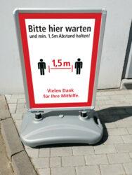 Schild / Outdoor Aufsteller - Hier-warten Abstand 1,5m halten (Motiv-1)