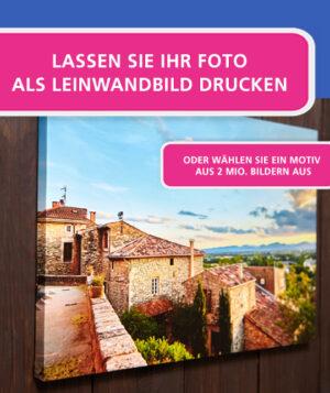 Fotoleinwand aufgehängt an einer Holzwand, mit Hinweis auf individuellen Motivdruck